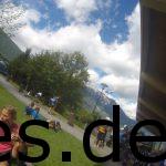 Juliane und ich gesellen uns zu anderen Asics Frontrunner (Sebastian [der Kopf rechts unten], Andrea und Sandra). Entspannung und quatschen im Ziel. Copyright: Daniel Katzberg