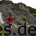 Gerade an dem Wasserfall vorbei. Transalpine Run 2016 - 2. Etappe - Km 7,7. Fotografiert vom Sportograf.