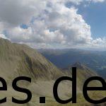 Ein Blick auf den Weg der vor uns liegt. Vom höchsten Punkt der sechsten Etappe auf 2650 m über NN müssen wir dort runter. Copyright: Daniel Katzberg