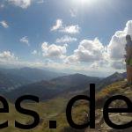 Ein Blick in die Richtung ins Tal, wo wir hinmüssen. Dominik filmt ebenfalls und (rotes Top) Steph interviewt Juliane. Wir sind hier auf der oberen Scharte bei Km 16,3. Copyright: Daniel Katzberg