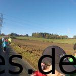 Km 6. Der Herr im grünen T-Shirt kam aus Solingen und wollte eine 3:45h auf der Marathondistanz laufen. Mein erster längerer Gesprächspartner auf der Strecke. Dazu noch ein Blick nach hinten. Copyright: Daniel Katzberg