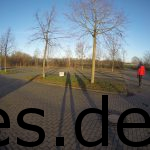 """Inga und ich (siehe Schatten) sind am Parkplatz angekommen und betrachten die """"Startlinie"""". Copyright: Daniel Katzberg"""