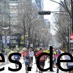 Im Hintergrund sieht man das Km 42 Schild. Mein Blick geht in der letzten Linkskurve in Richtung des Ziels. (Photo by allsports.jp)
