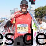 Direkt nach den Medaillen wurden erst einmal Fotos gemacht. Ich glaube man sieht, wie ich bemühe zu lächeln, obwohl ich k.o. bin. (Photo by allsports.jp)