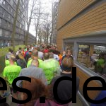 Hier wurde es richtig eng. Ganz rechts sind die 10 km Läufer_innen schon fertig und haben ihre Medaille. Die Halbmarathon und Marathonläufer_innen gehen gerade zum Startbereich. (Copyright: Daniel Katzberg)