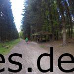 Km 3. In dieser Hütte ist der Verpflegungspunkt kurz vor dem Tönsberg beim Hermannslauf (dort wäre es ca. Km 13,5). (Copyright: Daniel Katzberg)