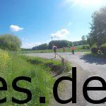 Km 15: Helfer zeigen mit Hilfe von Kellen, auf denen die Distanz und die dafür verwendete Markierungsfarbe, die Richtung. Für mich sind die grünen 20er Kellen relevant. (Copyright: Daniel Katzberg)
