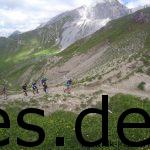 Juliane kommt auf dem Gipfel des ersten Berges an. (Copyright: Daniel Katzberg)