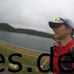 Die kleine Sandfläche auf der anderen Seite des Sees ist das Ziel des Biggesee Marathons. (Copyright: Daniel Katzberg)
