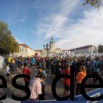 Alle sammeln sich am Schloss Charlottenburg für den gemeinsamen Start des Frühstückslaufes. (Copyright: Daniel Katzberg)