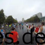 Der Springbrunnen ist an (in der Mitte in klein zu sehen) und alle laufen drauf zu bei Km 11,5. (Copyright: Daniel Katzberg)