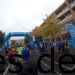 Die Bogen markiert die Halbmarathonmarke. Anstatt auf die Zeit zu achten, mache ich lieber Fotos. (Copyright: Daniel Katzberg)