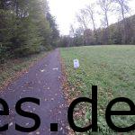 Jeder Km war ausgeschieldert, wie der Km 088 hier. Noch 12 Km bis ins Ziel. Immer noch lange, grüne Geraden zu laufen. (Copyright: Daniel Katzberg)