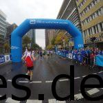 Kurz vor dem Postdamer Platz, wird drauf hingewiesen, dass man an einem World Marathon Majors Lauf teilnimmt. (Copyright: Daniel Katzberg)