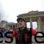 400 m vor dem Ziel durchläuft man das Brandenburger Tor. Ich konnte es mir nicht nehmen ein Seflie zu machen bei vollem Renntempo. Eines der wenigen Versuche ist zum Glück was geworden. (Copyright: Daniel Katzberg)