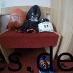 Einmal meine gepackten Dropbacks. Der schwarze Sack ist für Km 20, der Orange ist für Km 71. (Copyright: Daniel Katzberg)