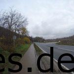 Km 25,5: Wir sind wieder an der Straße. Hier fällt mir erst auf das auf dem Hügel vor uns das Schloss zu sehen ist. (Copyright: Daniel Katzberg)