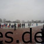 Es starten die Kinder über 1000m und der Nikolaus steht schon als Zuschauer bereit. (Copyright: Daniel Katzberg)
