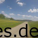 Km 21: Es geht über Feld und Straße zum nächsten Verpflegungspunkt, der in einer Siedlung nur gute 400 m von hier entfernt liegt. (Copyright: Daniel Katzberg)