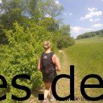 Km 23 - Weite Wiesen und Single-Trail. Auch sieht man, wie voll Sinas Rücksack und wie viel Gewicht wir mitschleppen mussten, wegen der Pflichtausrüstung. (Copyright: Daniel Katzberg)