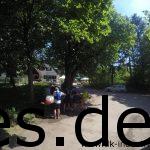 Km 33: Der Verpflegungspunkt 4 ist erreicht. Alle füllen fleißig weiter ihre Vorräte auf. Ganz wichtig der Baum dahinter mit einer Sitzbank. (Copyright: Daniel Katzberg)