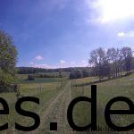 Km 39: Wir gehen hier, zwischen den Weideflächen. Die Landschaft ist idyllisch und ruhig. (Copyright: Daniel Katzberg)